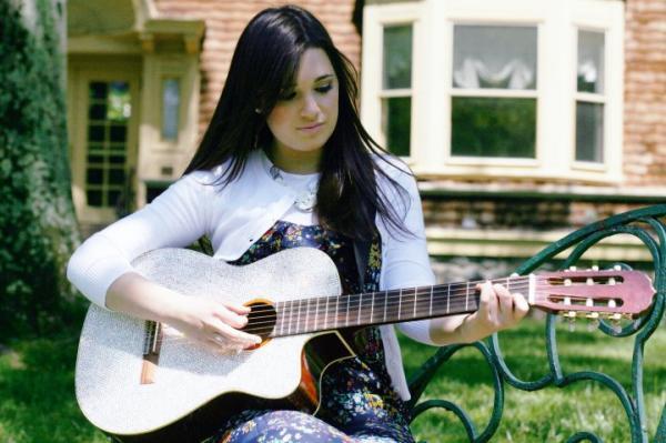 shaindelantelis_guitarplaying